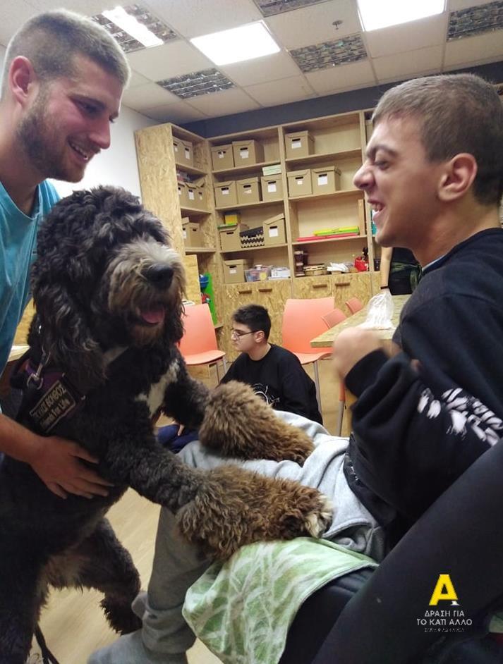 Παιδί με αυτισμό χαίρεται που συναντάει το σκύλο βοηθό