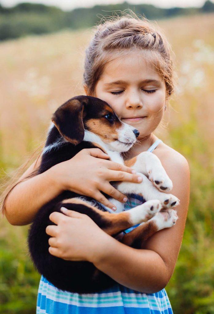 Παιδί αγκαλιάζει σκύλο με αγάπη