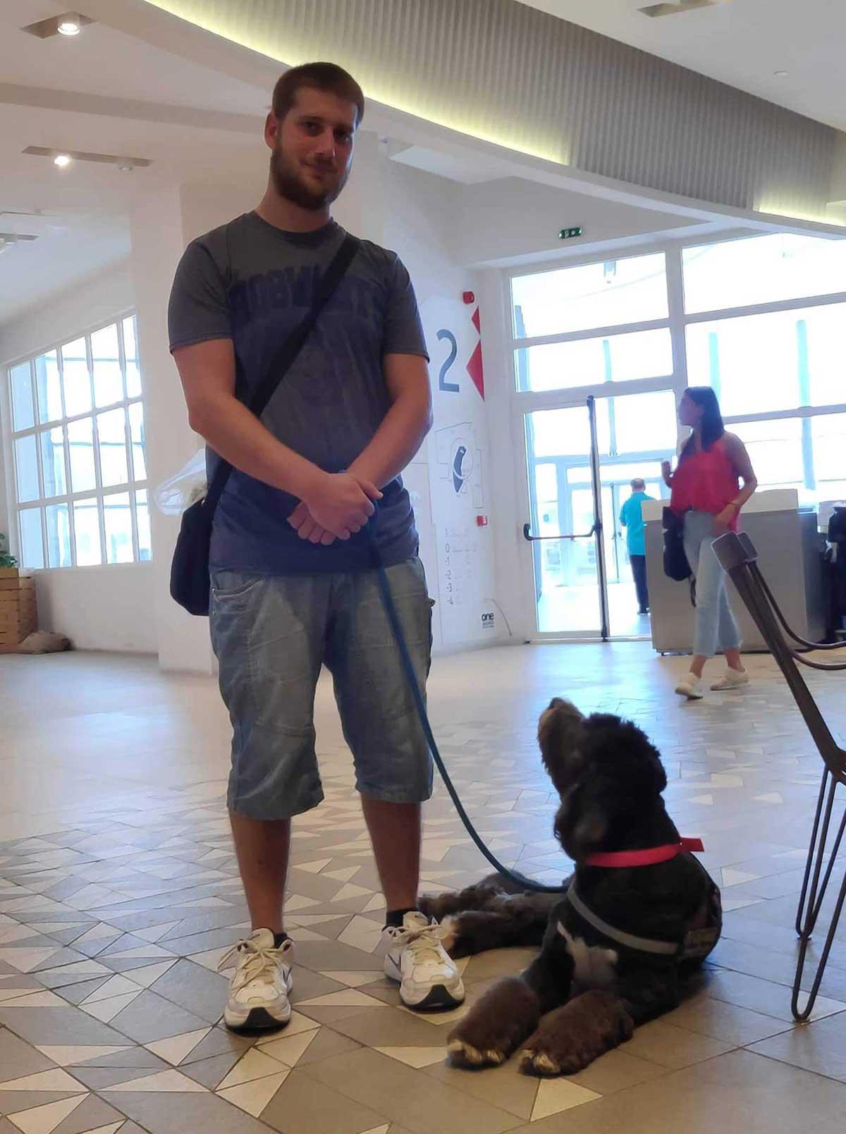 Σκύλος βοηθός σε συνέδριο