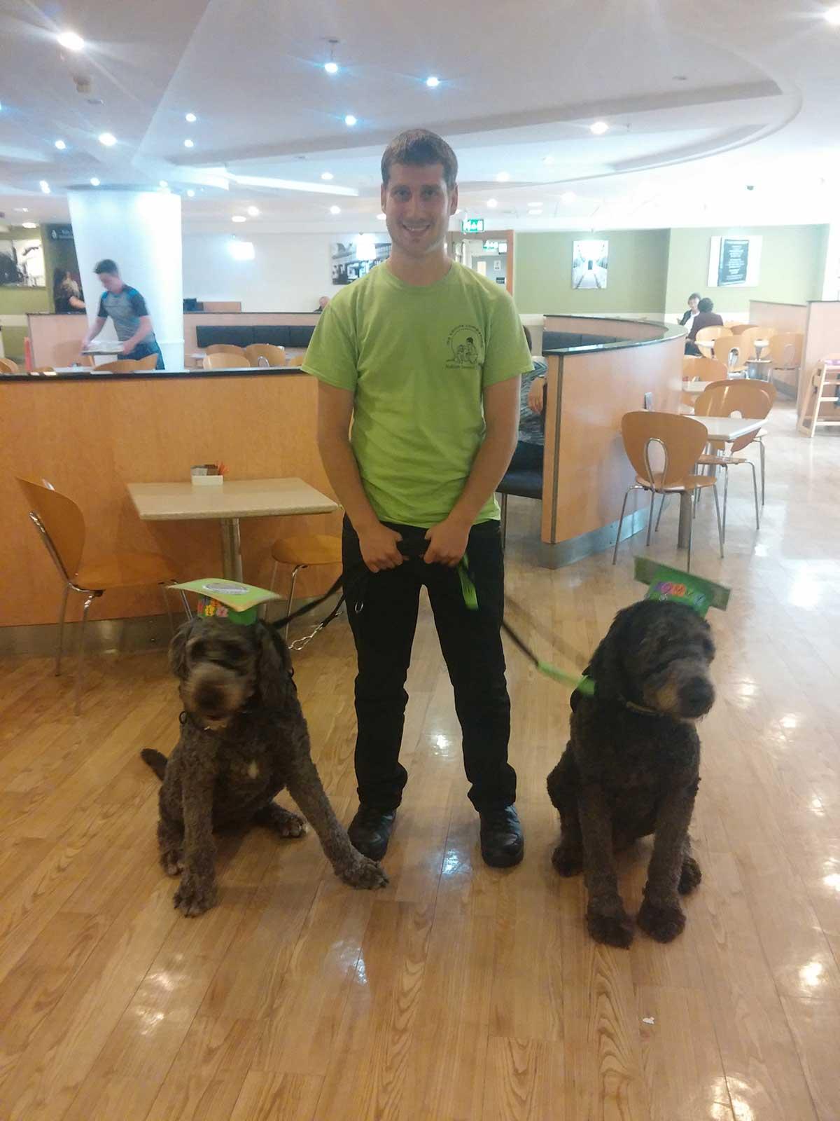 εκπαιδευτής με δύο σκύλους βοηθούς
